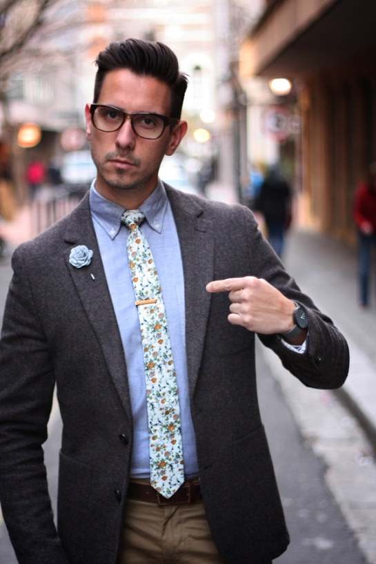 pointing-at-tie